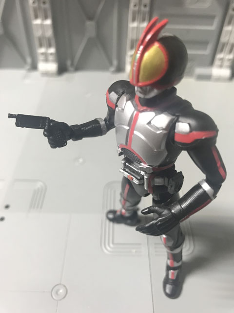 フォンブラスターを構えるSHODO-X仮面ライダー2のファイズ