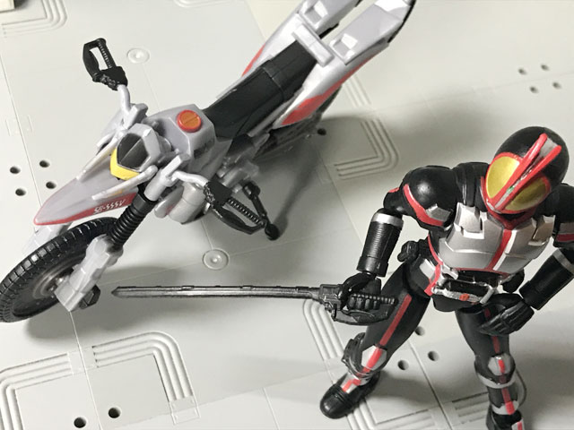 SHODO-X仮面ライダー2 オートバジン ビークルモード とファイズエッジを構えるファイズ