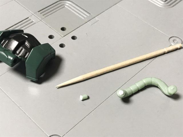 爪楊枝で胸アーマーに残った動力パイプのパーツを外す