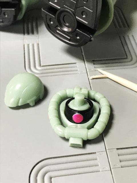 Gフレーム05 量産型ザク 顔の上のパーツを外してモノアイを移動